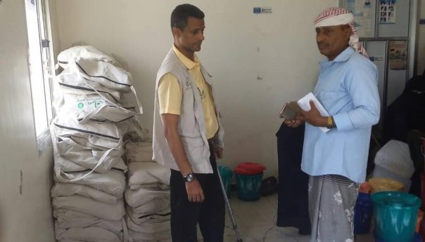The first phase of the distribution of hygiene and hygiene kits in the village of Najd al-Barad in Al-Maqatira Governorate in Lahj Governorate reached 306 bags. This is the first batch of 3500 bags to be distributed to the beneficiaries in Al-Maqtara and Al-Maseemer Administrations which are part of the activities of the Water and Environmental Sanitation Project The project includes the construction of bathrooms, water networks and awareness campaigns for hygiene and cholera. The project was attended by Dr. Tameem Abdulraqeeb, project manager and Mr. Gamal Shamsan, Director General of Al-Maqtara Directorate, Chairman of the Local Council, who congratulated the efforts of Oxfam Organization in providing assistance and services to the residents of the Directorate.